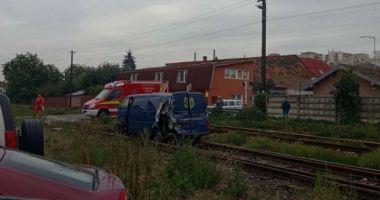 Maşină lovită de tren, după ce un şofer a depăşit coloana staţionată la o trecere cu calea ferată