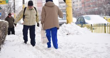 GALERIE FOTO / Trotuarele şi aleile din Constanţa, pline de zăpadă. Cine trebuie să le cureţe