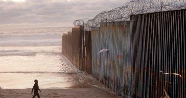 Mexicanii fură materiale din viitorul zid al lui Trump şi le folosesc pentru casele lor