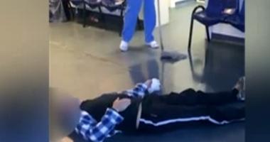 Pacient întins pe jos la Spitalul Județean Tulcea, în timp ce infirmiera spală în jurul lui cu mopul. Conducerea spune că era băut