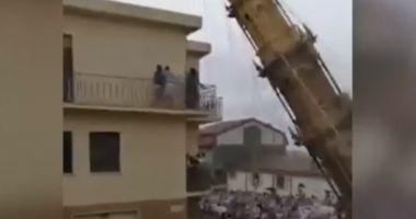 La un pas de tragedie! Turn de 25 de metri, prăbușit la o ceremonie dedicată Fecioarei Maria în Italia