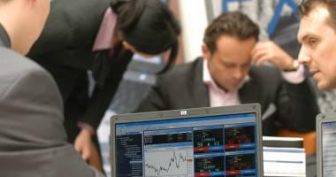 Undă de şoc pe piaţa financiară: bursa s-a prăbuşit, leul se depreciază