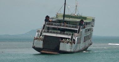 Un ferry-boat cu 105 pasageri a eşuat pe un banc de nisip