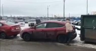 VIDEO. MAI CEVA CA ÎN BANCURILE CU BLONDE! Cum se scoate mai nou maşina din parcare