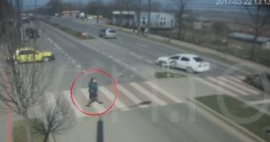 IMAGINI VIDEO ŞOCANTE! Copil de nouă ani, spulberat de pe trotuar, de un microbuz