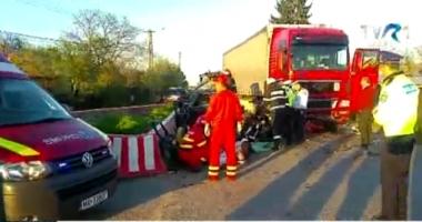 Preot mort pe loc, după ce maşina lui a fost lovită de TIR. Soţia şi şoferul, în stare gravă