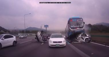 IMAGINI VIDEO ÎNFIORĂTOARE! CARNAGIU pe şosea, după ce şoferul unui camion a adormit la volan