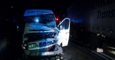 Accident teribil: Un tir s-a ciocnit cu un microbuz. 12 victime