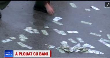 """""""PLOAIE"""" CU BANI PE AUTOSTRADĂ! Polițiștii au închis drumul timp de o oră să adune bancnotele"""