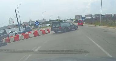 VIDEO INCREDIBIL! O maşină de pompe funebre a pierdut mortul într-un sens giratoriu din Constanţa