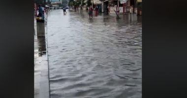 VIDEO. Cum arată promenada din Mamaia după o ploaie torenţială. Marea s-a mutat pe şosea