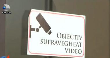 Primar filmat în timp ce fura dintr-un hotel, la o dezbatere despre anticorupție