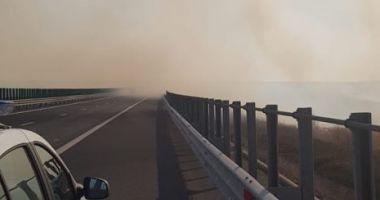 Atenţie, şoferi! Vizibilitate scăzută pe A2, din cauza unui incendiu la mirişte