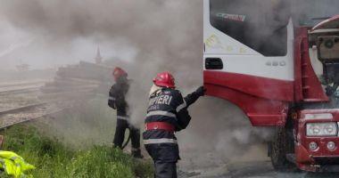 Arde un camion încărcat cu cereale, la intrare în Portul Agigea