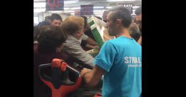 Reacția Kaufland după ce clienții s-au bătut și s-au călcat în picioare la o promoție pentru băncuțe
