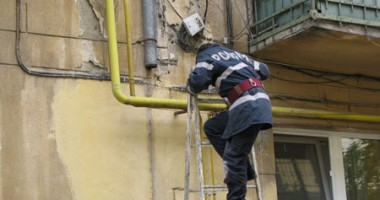 Pompierii intervin în acest moment pentru deblocarea unei uși