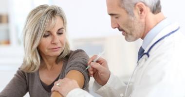 Dozele de vaccin antigripal şi hexavalent ajung, luni, la Constanţa