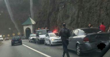 Accident în lanț pe Valea Oltului! Patru copiii şi mama lor au ajuns la spital