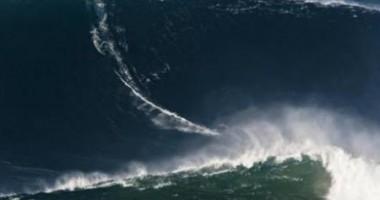 """Adevărată nebunie! Vezi cum """"călăreşte"""" un surfer un val înalt cât un bloc de 10 etaje   VIDEO"""