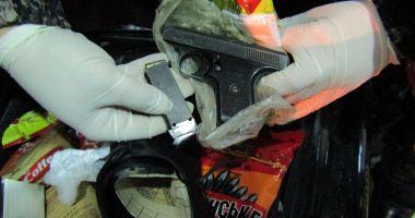 Vameșii au descoperit un pistol, la un tânăr ucrainean