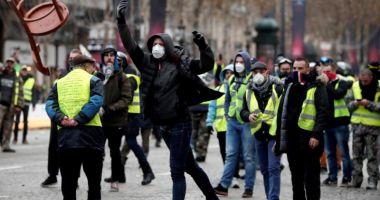 """Confruntări violente în Franța. """"Vestele galbene"""" au ieșit din nou în stradă"""