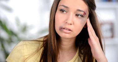 Femei bătute măr de soţii agresivi. Unde se pot duce victimele violenţei domestice