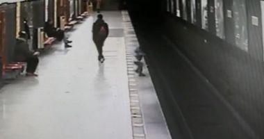 VIDEO / Copil de 2 ani, SALVAT DE PE ŞINELE METROULUI