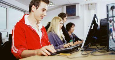 Copilul tău ce postează pe Internet? Poliţiştii din Constanţa, faţă în faţă cu elevii