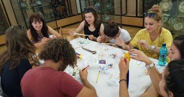 Studenţii străini  au învăţat să facă  linguri din lemn
