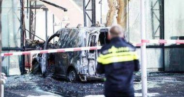 Atentat în Olanda: O maşină în plină viteză s-a proiectat în sediul unei redacţii de presă din Amsterdam