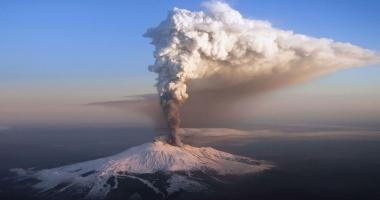 Zeci de turişti şi jurnalişti răniţi în urma erupţiei vulcanului Etna