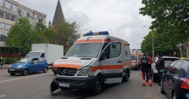 GALERIE FOTO / ACCIDENT RUTIER între o AMBULANȚĂ și un TAXI, în cartierul TOMIS III