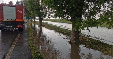 GALERIE FOTO / Probleme în județ din cauza ploilor. Inundații și trafic blocat pe mai multe șosele