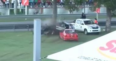 VIDEO. ACCIDENT ŞOCANT! O maşină s-a ciocnit de un arbore şi s-a rupt în două