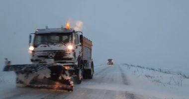 VIDEO / Viscol și vizibilitate scăzută, pe șosele. Intervin drumarii