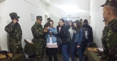 """Ziua Armatei în şcoli. Elevii de la Liceul """"Nicolae Bălcescu"""" din Medgidia au vizitat o unitate militară"""