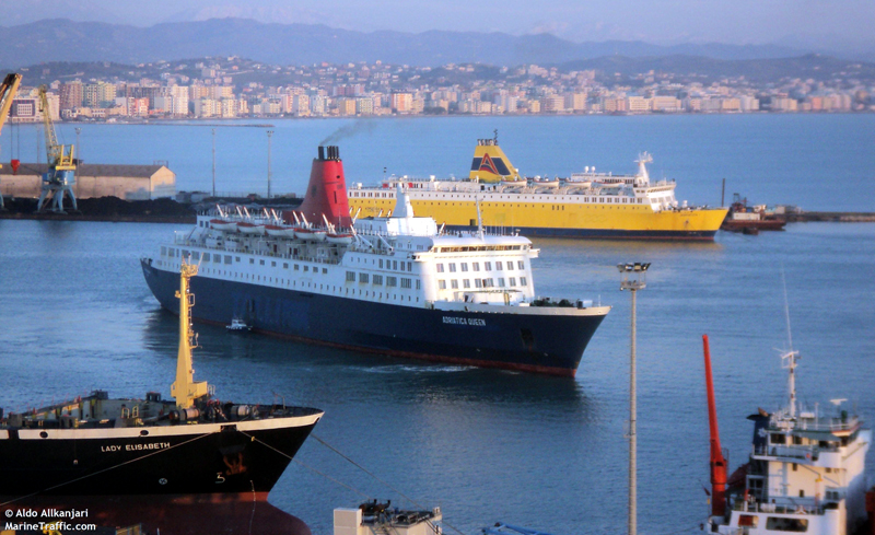 """Trei echipaje româneşti, victime ale """"rechinilor"""" din shipping"""