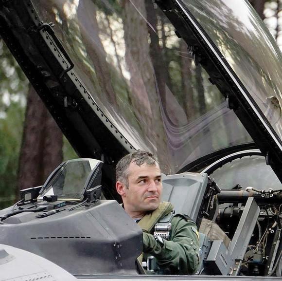 "Pilotul de vanatoare Constantin Antimiu:  ""Va multumesc ca ma aruncati la gunoi!"""
