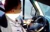 VIDEO. Şofer de maxi-taxi, filmat în timp ce fuma  la volan, în faţa a doi elevi de gimnaziu