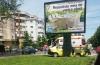 Accident la Constanţa. TAXI PROIECTAT ÎNTR-UN PANOU PUBLICITAR, după ce un tânăr şofer NU A OPRIT LA STOP